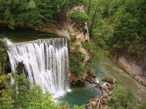 http://sites.etleboro.com/files/photo/5230_Vodopad%20Jajce,%20BIH.jpg